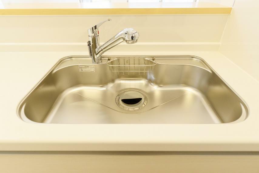 キッチン 広くて使いやすシンク。蛇口の先端には浄水器が内蔵されています。