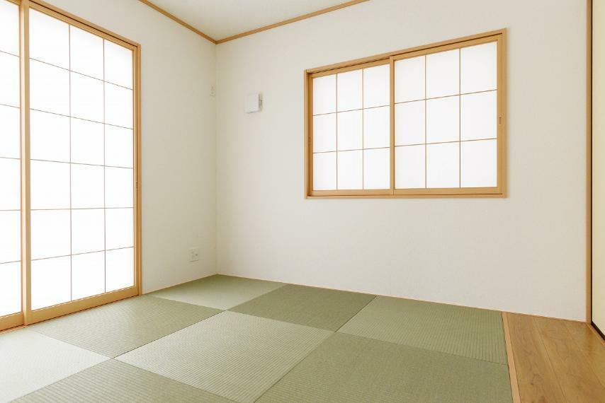 和室 2面採光で明るい和室。収納付きです。