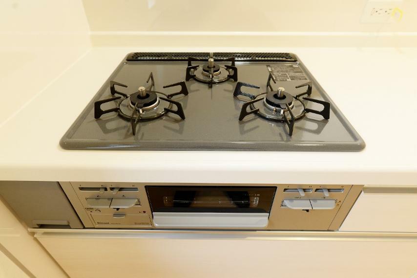 キッチン 3口ガスコンロ。立ち消え防止センサー付きで安心!