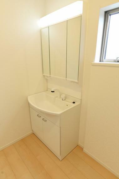 洗面化粧台 シャワー機能付洗面化粧台。鏡の裏側が収納になっており、物に合わせて棚の高さ調節も可能です。