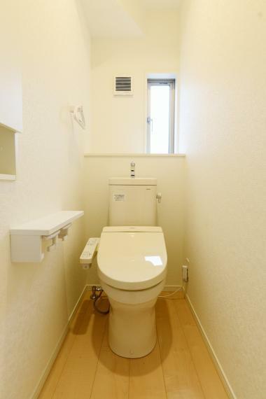 トイレ フチなし形状でサッとひとふきでお手入れカンタン。ふたが自動で開閉し、清潔・快適です!