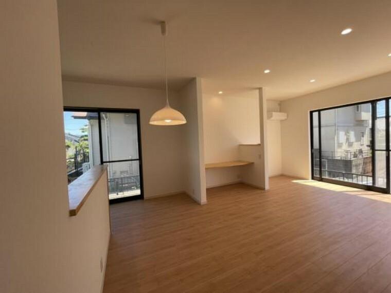 居間・リビング 売主として累計6万戸以上の住宅をリフォームして販売してきた経験に基づき、一戸一戸、土地や建物に合わせてリフォームを行っています。ぜひとも現地でご確認ください。