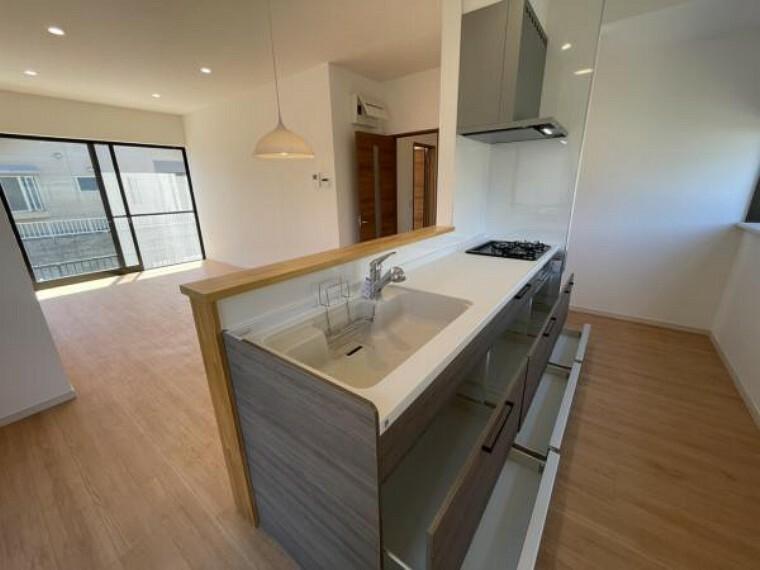 キッチン 【リフォーム済写真】キッチンは新品のシステムキッチンに交換して導線を考え対面式のアイランドキッチンにしました。