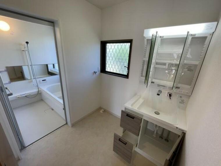 洗面化粧台 【リフォーム済写真】洗面脱衣所になります。壁天井のクロスを張替え、床も重ね張りしました。新品の洗面化粧台に交換しました。