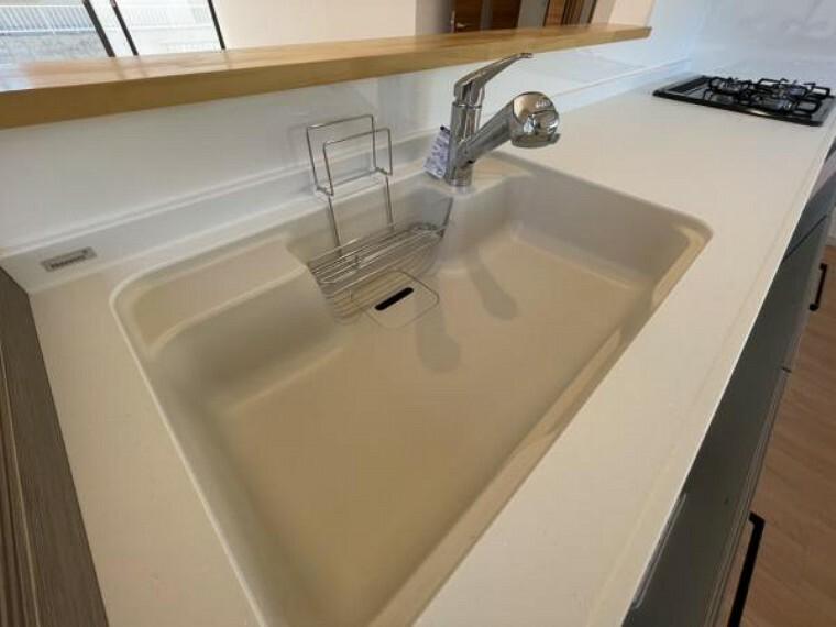 【現地写真】新品交換したキッチンのシンクは汚れが付きにくく熱に強い人工大理石製です。天板とシンクの境目に継ぎ目がないのでお掃除ラクラク。キッチンをより清潔に保てます。