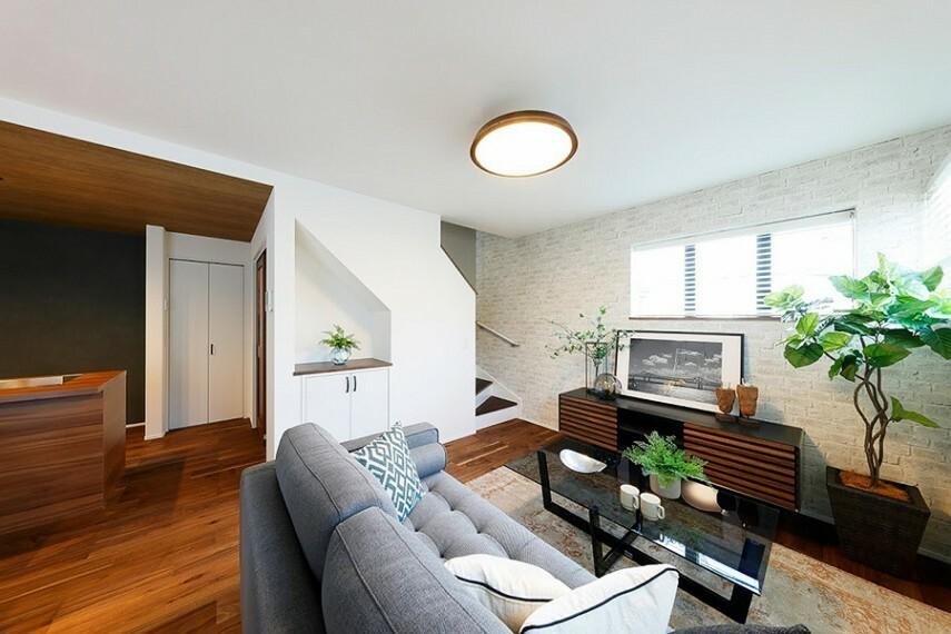 現況外観写真 モデルハウス1号棟/リビング  リビングを中心に広がる階段設計。和やかなコミュニケーションが自然に育まれるライフスタイルです。LDK16.8帖の広々空間です。(※2021年2月撮影)