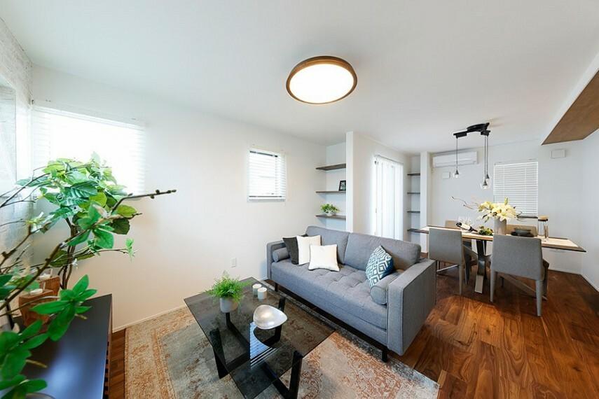 居間・リビング モデルハウス1号棟/リビング  自然が創り出した瑞々しい木肌や木目を肌で感じられる高品質フローリング。耐傷性、メンテナンス性に優れ、床暖房にも対応。手軽なお手入れで、長く心地よさ、美しさを楽しめます。(※2021年2月撮影)