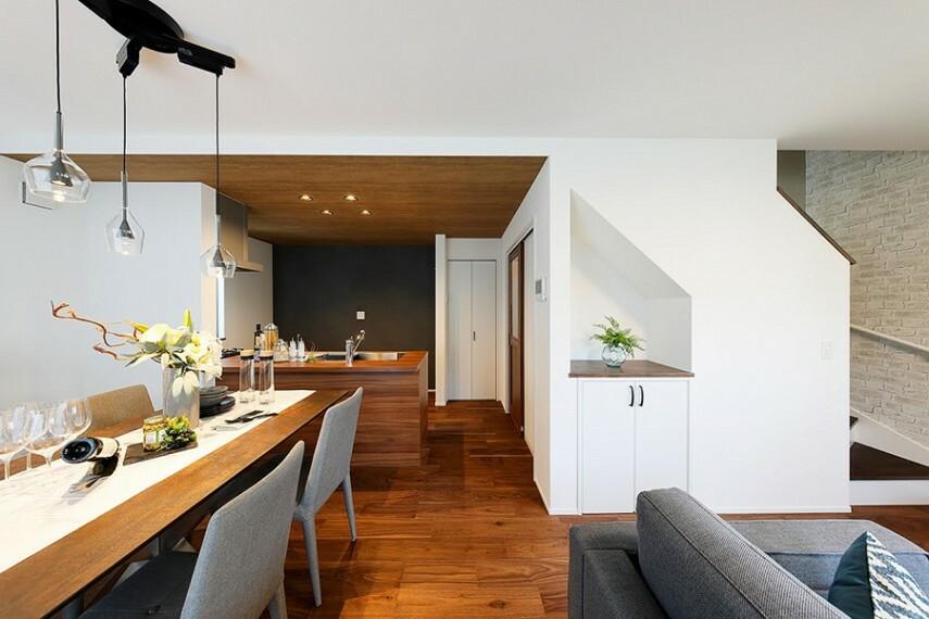 居間・リビング モデルハウス1号棟/リビング  シャープな横目使いをより引き立たせる木目カラーのアクセントクロスをキッチンに施しました。様々な家具と調和するデザインの建具を採用しました。(※2021年2月撮影)