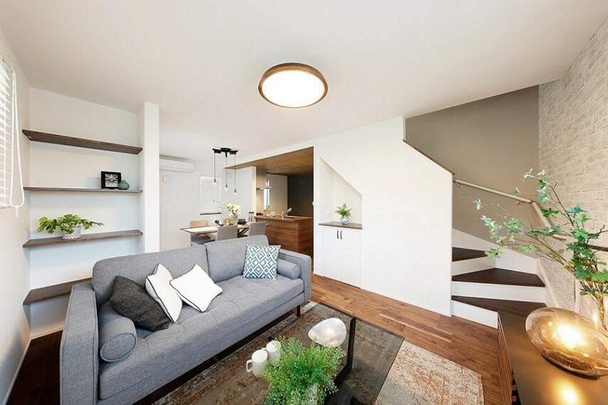 居間・リビング モデルハウス1号棟/リビング  リビングを通って3階へアクセスするので、家族の自然なコミュニケーションを育みます。(※2021年2月撮影)