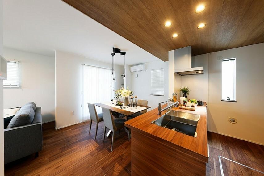 居間・リビング モデルハウス1号棟/ダイニング  夫婦や親子での料理もしやすいキッチンは対面式を採用。ご家族を見渡せるので会話も弾みます。(※2021年2月撮影)