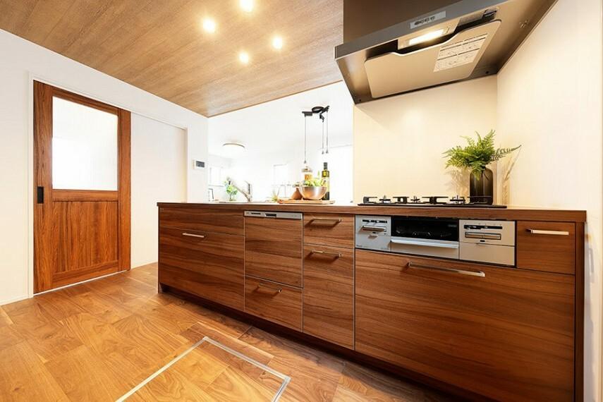 キッチン モデルハウス1号棟/キッチン  豊富な収納力で、食器洗い乾燥機付き。落ち着いたデザインのキッチンで楽ラク料理ができます。(※2021年2月撮影)