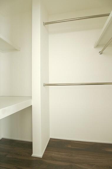 収納 モデルハウス1号棟/ウォークインクローゼット  大容量の収納スペースは、衣類の他にも、場所をとるカバンや帽子、散らかりがちな小物類もすっきり整理できます。(※2021年2月撮影)