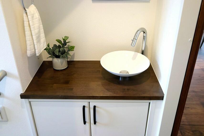 玄関 モデルハウス1号棟/玄関ホール  帰宅すると玄関ホールに洗面所を設置しました。帰宅してすぐに手洗いできて便利です。(※2021年2月撮影)