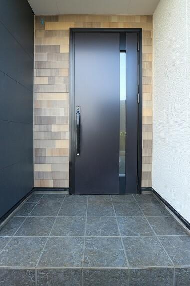玄関 モデルハウス1号棟/玄関  きめ細やかな部分にまでデザイン性の高さが行き届き、その一つひとつが調和することで飽きのこない美しさを持つ外観に仕上げています。(※2021年2月撮影)