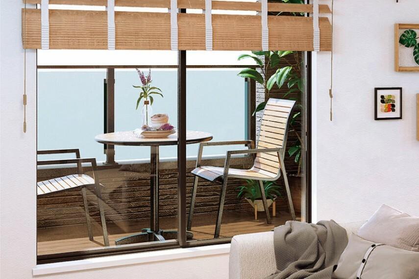 居間・リビング 四季の空の移ろいや風のゆらぎを感じられるインナーバルコニー。  リビング空間から繋がり感のあるインナーバルコニーは屋根があることで日除けの役割を果たしたり、雨などを避けながら空を身近に感じられるスペースです。