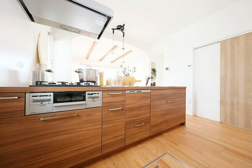 キッチン キッチン/TJMデザイン  リビングと繋がるフラットオープンスタイルで、食器洗い乾燥機・ステンレスシンク・ソフトクロージングシステムのデザイン×機能性も考慮したキッチンです。