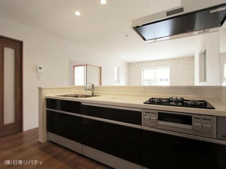 キッチン 対面式キッチンはご家族と会話をしながらお料理できます。