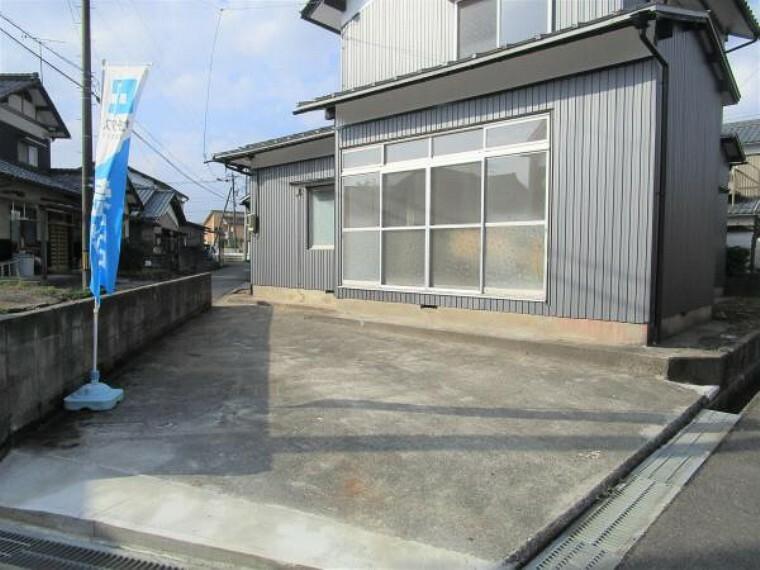 【リフォーム済】表面の駐車場と合わせて4台駐車が可能です。