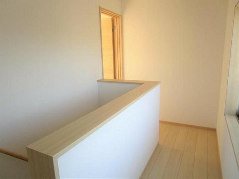 【リフォーム済】2階の廊下です。床材を新品に交換し壁、天井はクロスの張り替えを行いました。