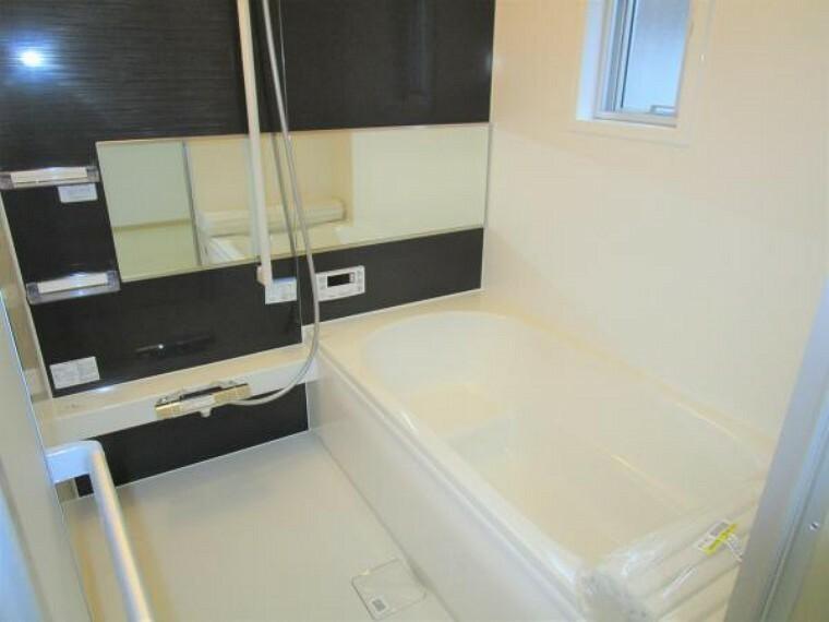 【リフォーム済】1坪サイズのユニットバス(Housetec製)を新設しました。自動湯張りと追い炊き機能付きです。浴槽がベンチタイプになっているので半身浴ができるようになっています。一日の疲れを広いお風呂で癒しませんか。