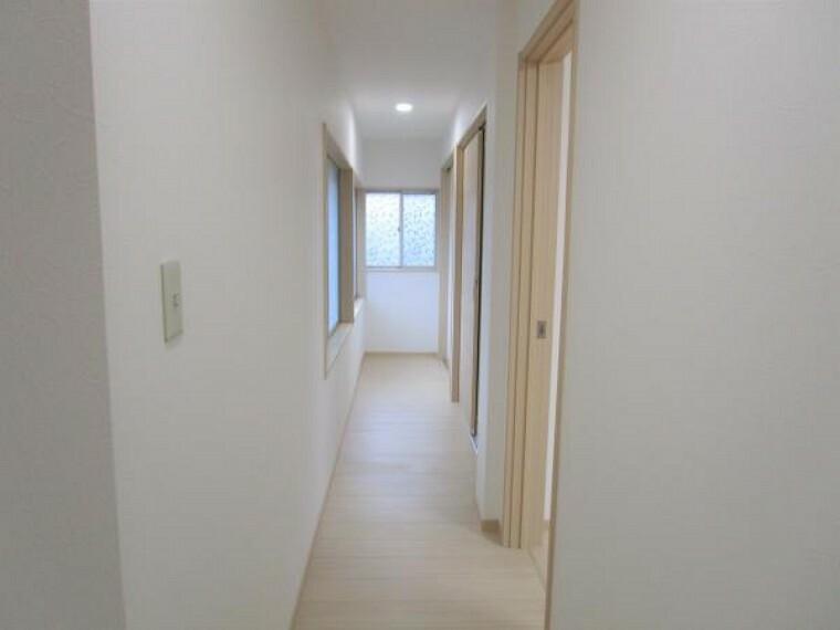 【リフォーム済】1階の廊下です。新品の床材を貼り、壁、天井はクロスの張り替え行いました。各部屋扉も新品に交換しております。