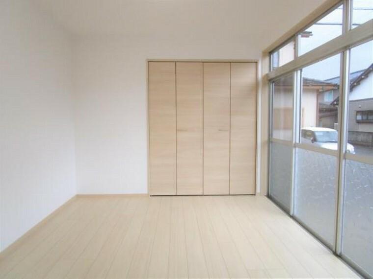 【リフォーム済】1階6帖の洋室です。床はフローリングを、壁天井はクロスを張替えました。クローゼットを新設しましたので収納にも困りません。