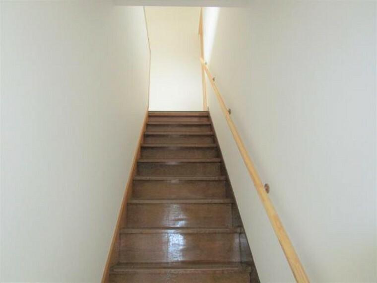 【リフォーム済】階段はクロスの張り替えを行い、お子様やご高齢の方が安心に上り下りできるように手すりを設置しました。