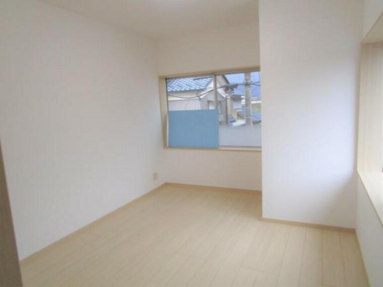 【リフォーム済】2階の洋室です。新品の床材を張り、壁天井はクロス張り変え。クローゼットを新設しました。