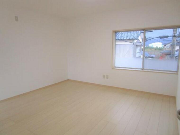 【リフォーム済】2階8帖の洋室です。床はフローリングを壁天井はクロスを張替えました。ウォークインクローゼットがついていますので収納に困りません。