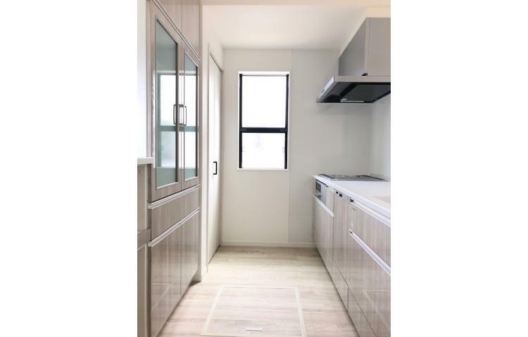 キッチン No.1 大きなカップボードがあるため、お皿や料理道具をたっぷり収納でき、すっきりとした空間を保つことができます。
