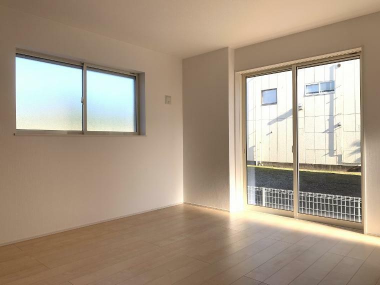 洋室 1階の主寝室はなんと8帖!WICも設置 ベットを2つ置いても余裕の広さです