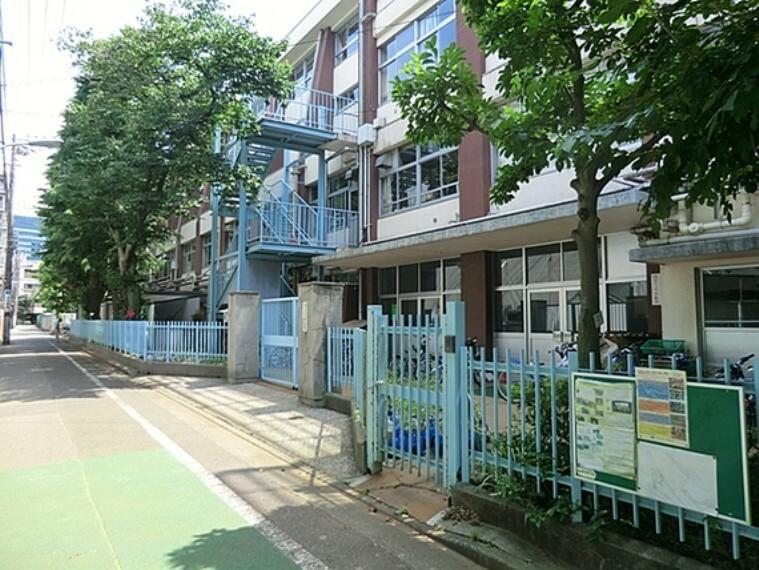小学校 通学路は穏やかな住宅街の中の道なので、お子さんの通学も安心。