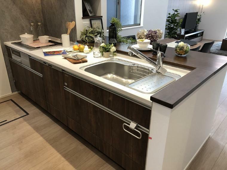 キッチン A棟 キッチン : カウンター式対面キッチンでご家族の様子も見ながら料理できます。