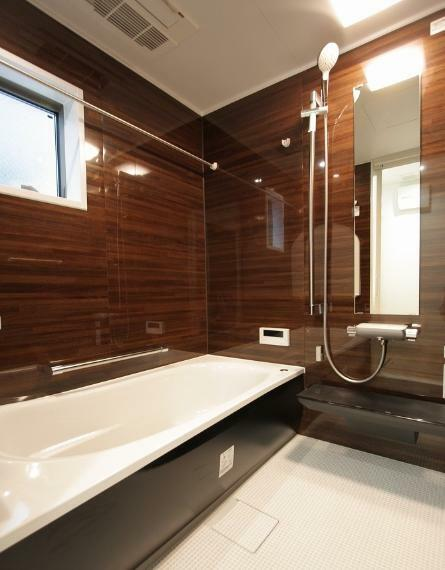 浴室 A棟モデルハウス 浴室 : 落着きのあるカラーコーディネートで癒しの空間に。