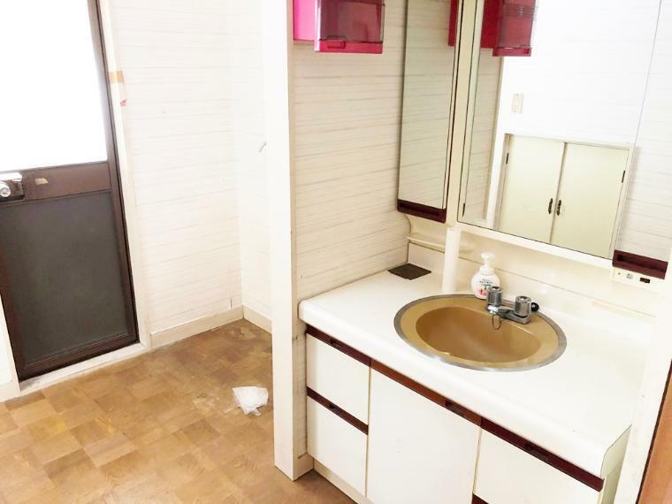 洗面化粧台 勝手口のある洗面スペース