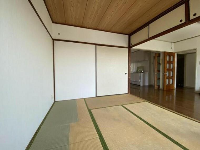 和室 和室 すべての部屋に押し入れが付いています 窓には網戸付き
