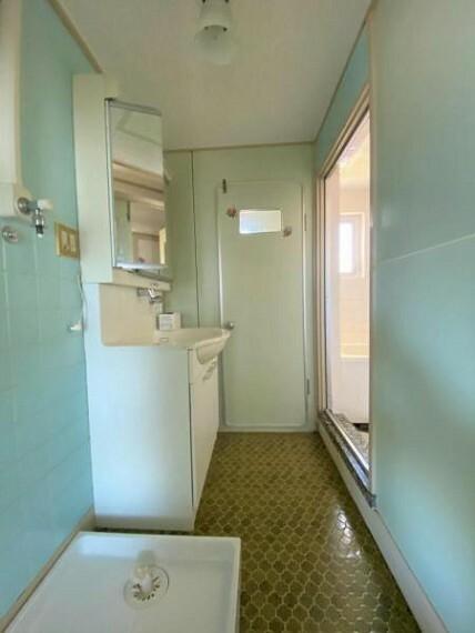 洗面化粧台 洗面室 室内に洗濯機置き場付き
