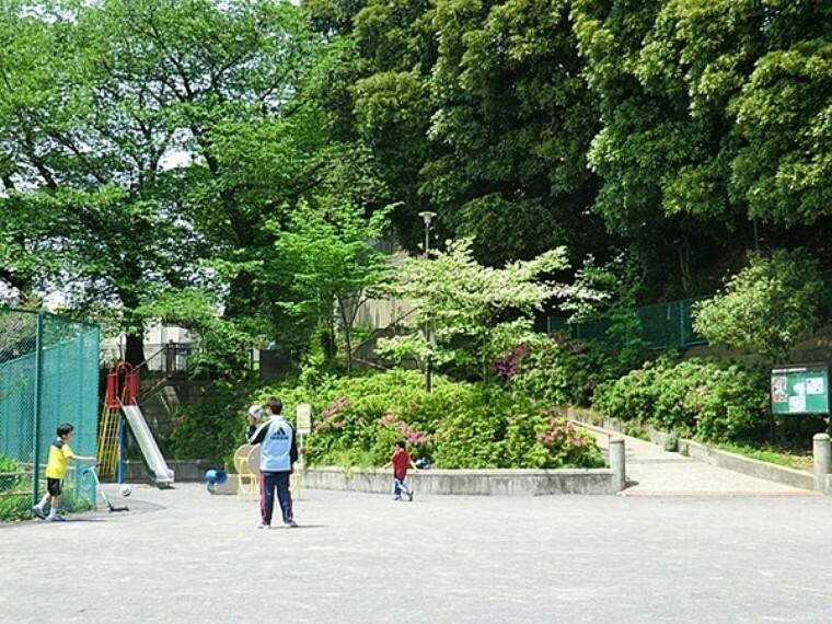 公園 栗田谷公園 住宅街の比較的広めな公園です。公園の設備には水飲み・手洗い場があります。