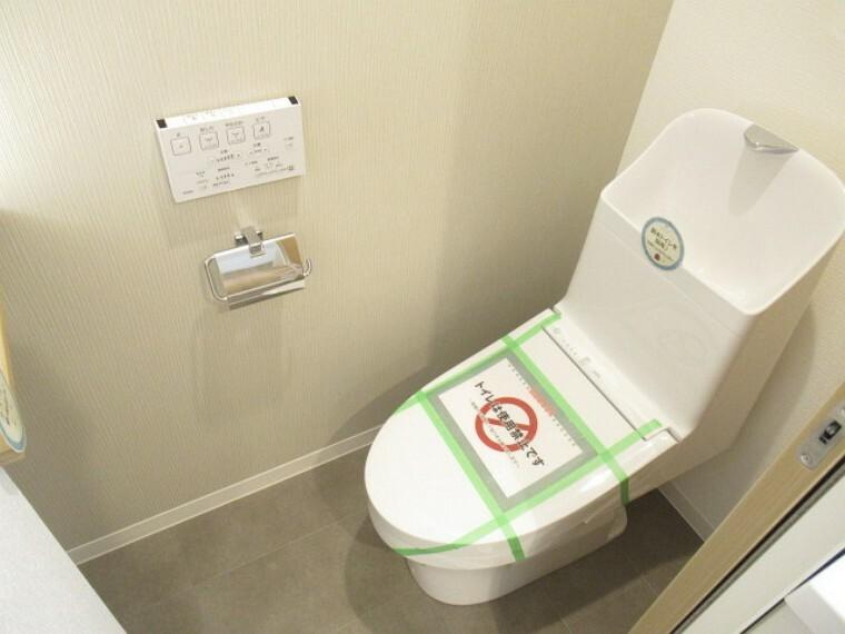 トイレ 上部に収納棚があり、トイレットペーパーや掃除用具をスッキリ収納できます!