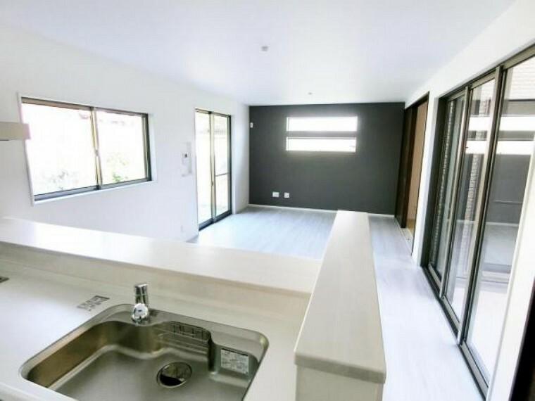 居間・リビング 18.0帖と広く、はきだし窓2箇所の3面採光で更に開放感のある空間になっています。