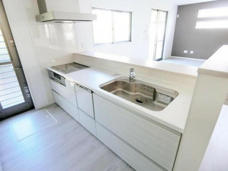 キッチン IHクッキングヒーター、食洗機、浄水機付き水栓、勝手口を設置して、明るく機能的な空間です。