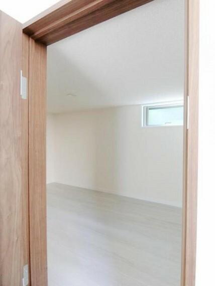 収納 納戸にはたっぷり収納ができ、窓もあり、湿気対策にも効果的です。