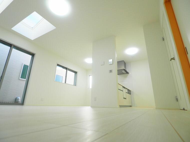 居間・リビング 天窓から明るい光が差し込むリビング!