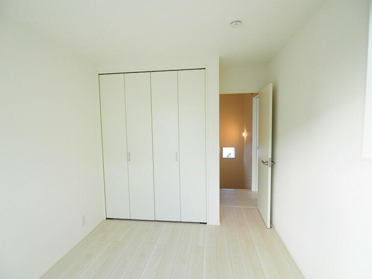 洋室 2階は全室収納付きの洋室