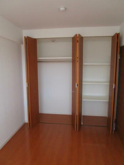 収納 洋室6.8帖内壁一面のクローゼット収納!