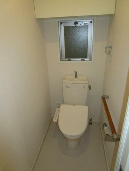 トイレ 上部に造作収納・通風性良好な窓・手摺・ウオシュレット付!