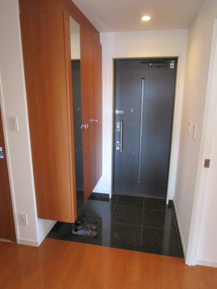 玄関 充実のシューズクローゼット!採光性の高い清潔感漂う玄関!