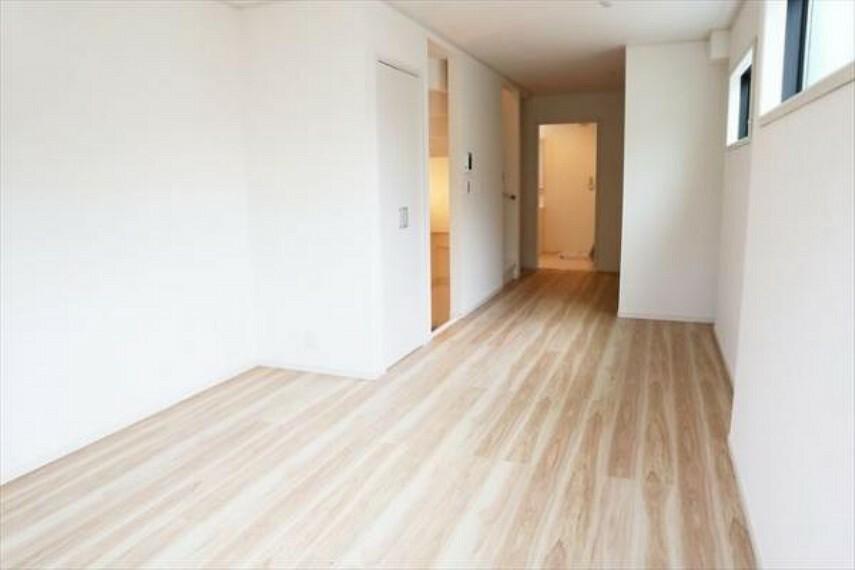 洋室 一日の疲れを取る主寝室は大型のベッドも配置が可能です。窓から注がれる光で家族とのコミュニケーションも明るくなりそうです。(8/27)