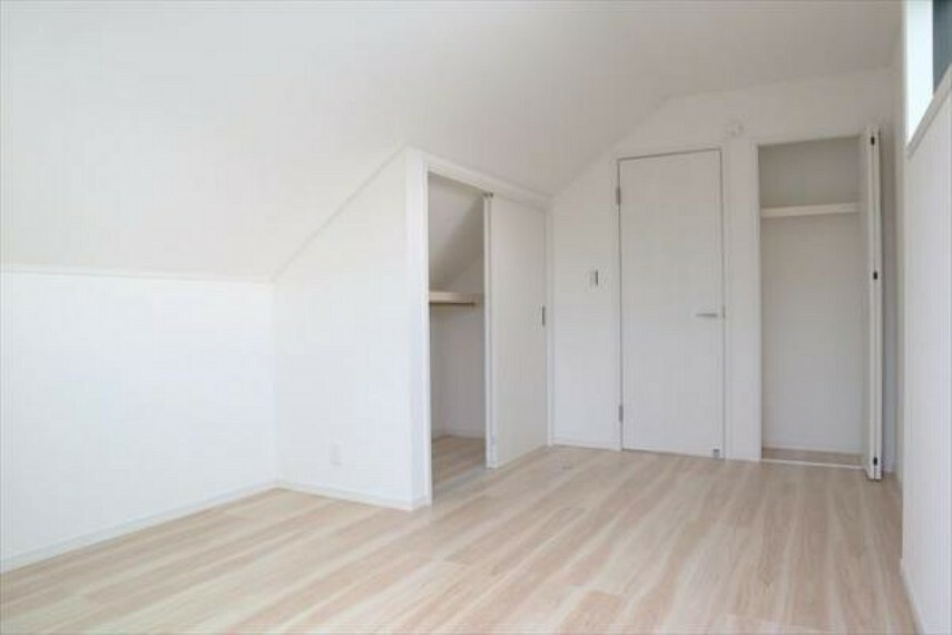 寝室 住まう方自身でカスタマイズして頂けるようにシンプルにデザインされた室内。自由度が高いので家具やレイアウトでお好みの空間を創り上げられます。(8/27)
