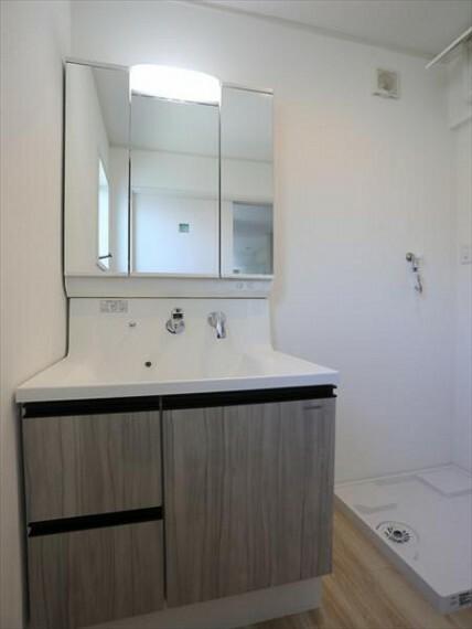 洗面化粧台 一日の始まりと終わりは洗面化粧台から。清潔感と機能性を備えたパウダールームです。(8/27)